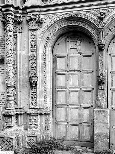 Chapelle. Portail de la façade ouest : Porte de gauche