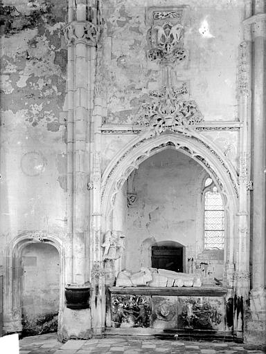 Chapelle. Vue intérieure du transept nord : Tombeau de Jean de Longuy et de Jeanne de Vienne