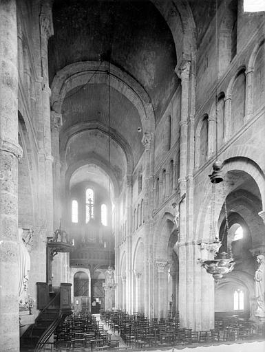Vue intérieure de la nef vers l'entrée