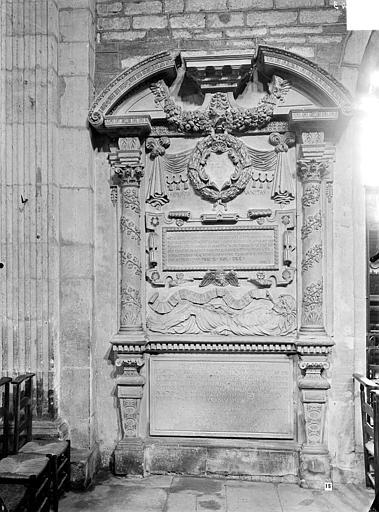 Monument funéraire en pierre de Claude Loysel, doyen de l'église Notre-Dame de Beau mort en 1571