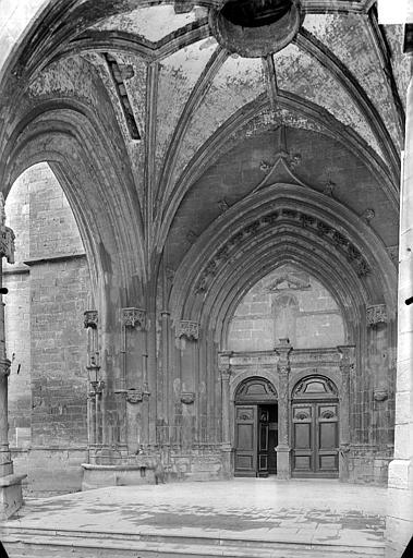 Portail de la façade ouest sous le porche