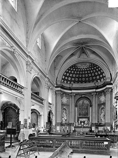 Vue intérieure de la nef et du choeur