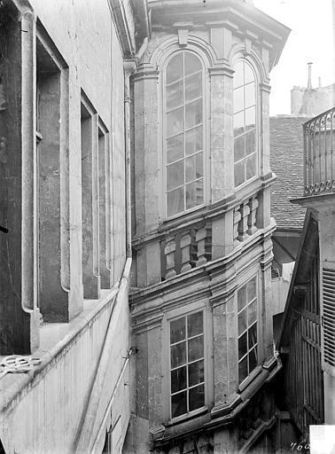Cour intérieure : Tourelle d'escalier dite tour de Vergy