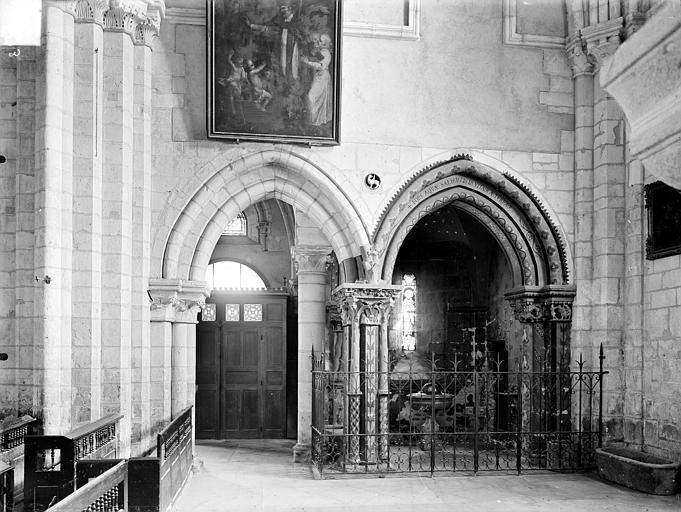 Vue intérieure de la nef, côté ouest : Entrée et chapelle des fonts baptismaux
