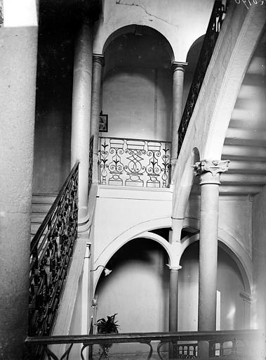 Vue intérieure de la cage d'escalier