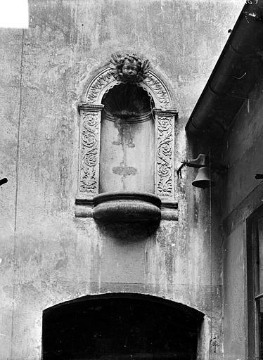 Petite niche au-dessus d'une porte