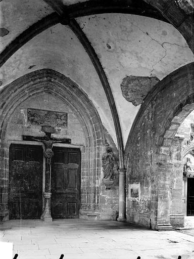 Vue intérieure du porche de la façade ouest : Portail