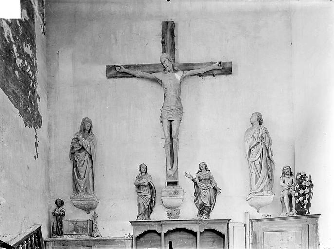 Statues en bois : Le Christ en croix entre la Vierge et saint Jean
