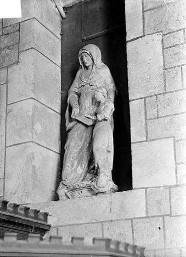 Groupe sculpté en pierre : sainte Anne et la Vierge