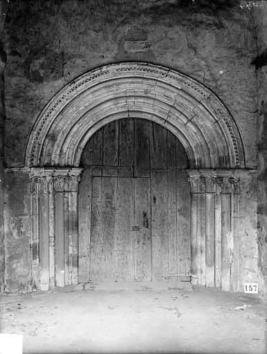 Portail de la façade ouest, sous le porche