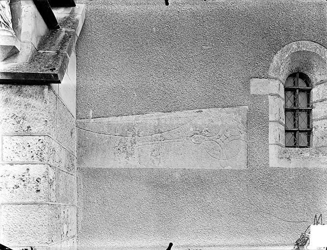 Façade : Pierre tombale encastrée dans le mur
