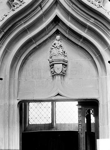 Vue intérieure, tympan de porte d'une chapelle : Vierge à l'Enfant sculptée. Statuette, Vierge