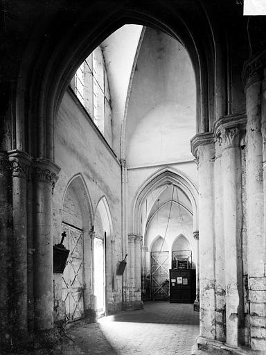 Vue intérieure de l'avant-nef, vers le nord-ouest