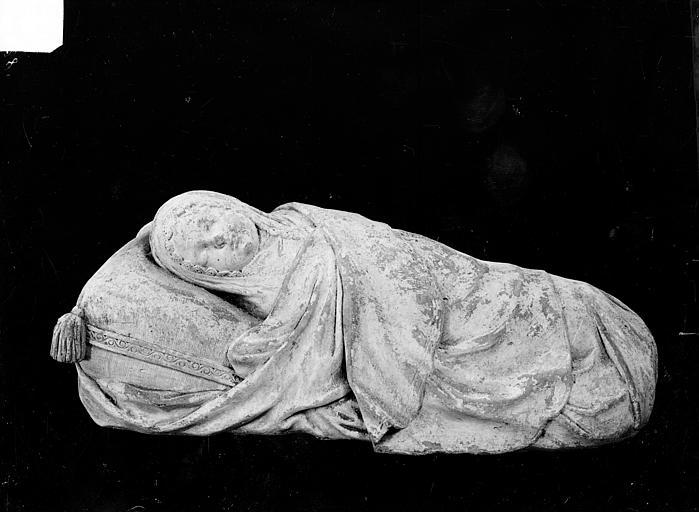 Statue de gisant en marbre du tombeau d'Henri et de Noël de Gallois : Enfant