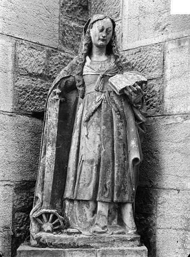Statue en pierre : sainte Catherine