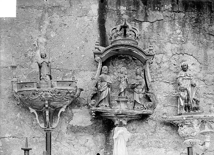 Trois bâtons de confrérie en bois sculpté : saint Nicolas sur un bateau, groupe de trois personnages, saint Roch
