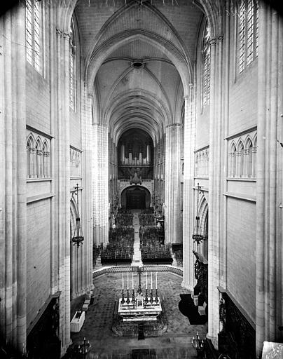 Vue intérieure de la nef vers l'entrée, prise des tribunes