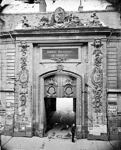 Façade sur la rue de la Liberté : Portail d'entrée de la cour de Flore