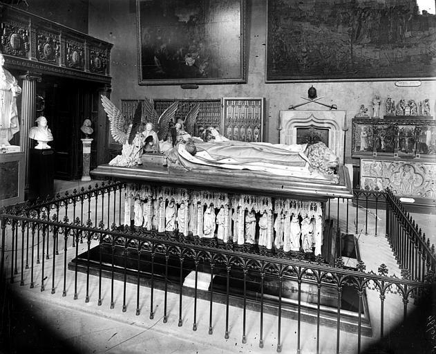 Monument funéraire en marbre de Jean Sans-Peur, duc de Bourgogne mort en 1419, et de sa femme Marguerite de Bavière morte en 1423
