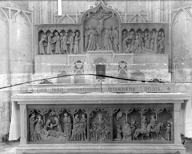 Retable. Retable en bois sculpté et polychrome : La Crucifixion et scènes de la vie et de la mort de saint Thibault