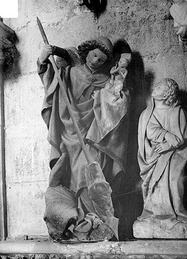 Statue en pierre : saint Michel terrassant le dragon
