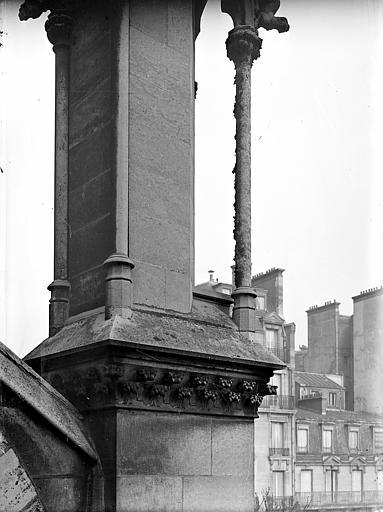 Pinacle de la façade nord : Détail montrant l'effritement et la désagrégation de la pierre