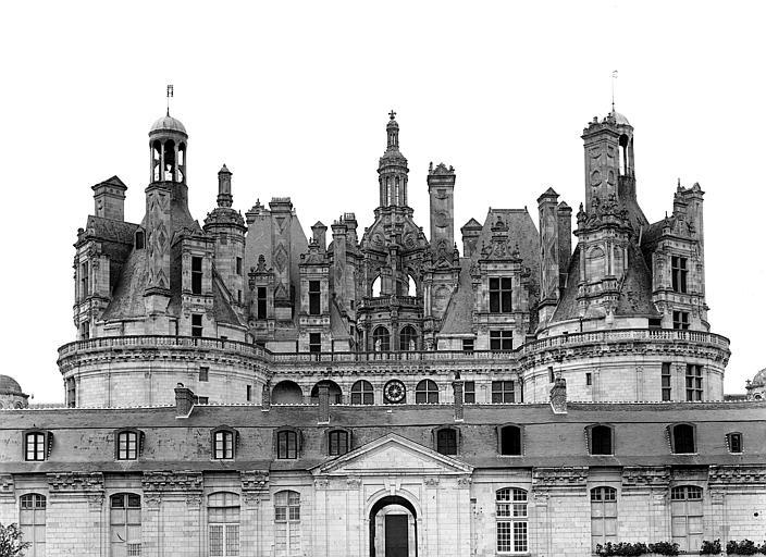 Façade sud-est : Porte Royale et toitures du donjon
