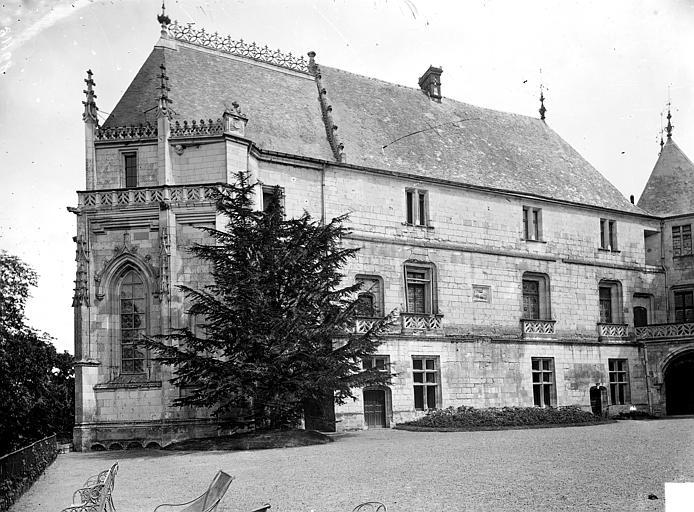 Cour d'honneur, chapelle et aile est