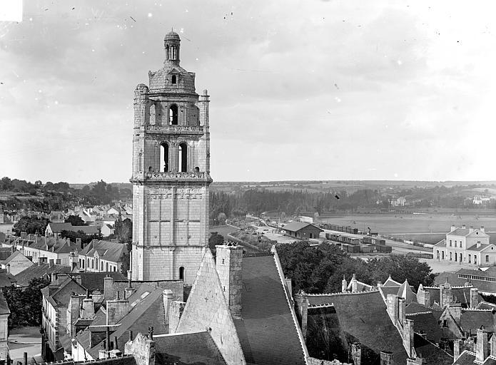 Tour clocher : vue prise au-dessus des toits
