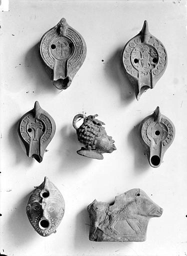 Lampes romaines trouvées dans les fouilles exécutées lors de la construction du chemin de fer de Paris à Mantes