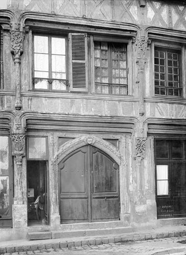 Façade sur rue : Porte d'entrée et fenêtres du 1er étage