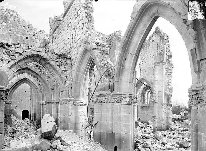 Vue intérieure du bas-côté nord et de la nef, vers le sud-est