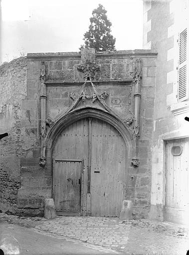 Portail du 15ème siècle sur la rue