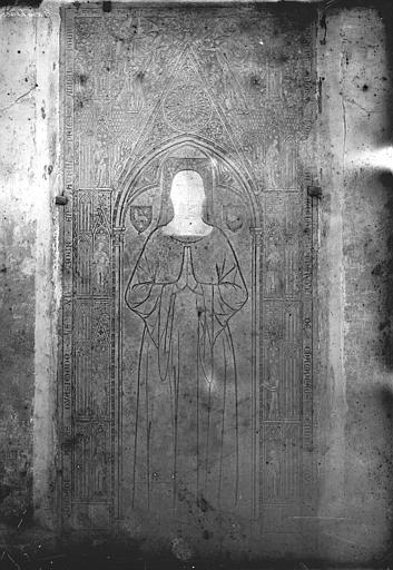 Dalle funéraire de Rigaud d'Aurillac, chanoine de Champeaux, mort en 1347