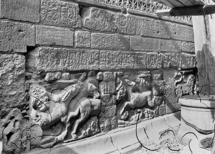 Fragments G.R. encastrés dans la base du clocher