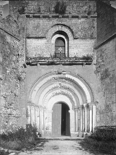 Portail et fenêtre à l'ouest