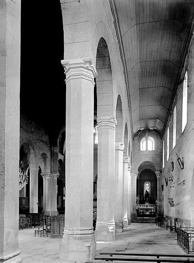 Vue diagonale de la nef et bas côté sud