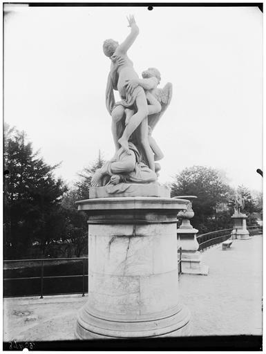Statue de Saturne enlevant Cybèle, allégorie de la terre