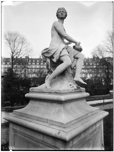 Statue de la Nymphe à la colombe, nymphe de la chasse
