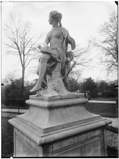 Statue de la Nymphe de la chasse, nymphe à la colombe