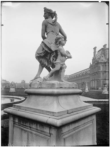 Statue de Flore et un amour