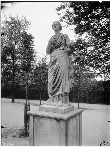 Statue de Thalie, Uranie