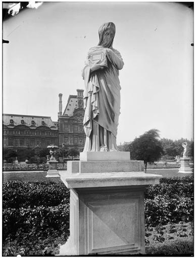 Statue d'Agrippine portant les cendres de Germanicus