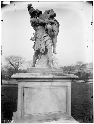 Statue d'Enée portant son père Anchise