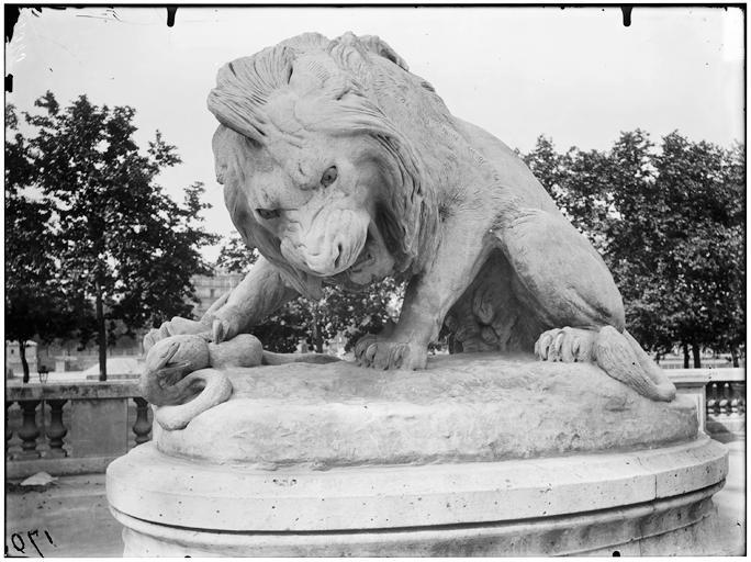 Groupe sculpté du Lion au serpent