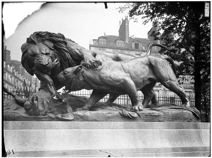 Groupe sculpté de Lion et lionne se disputant un sanglier