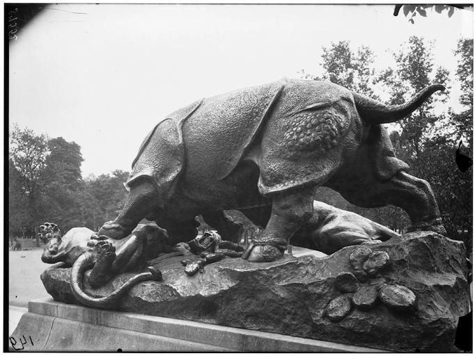 Statue du Rhinocéros attaqué par un tigre, groupe sculpé