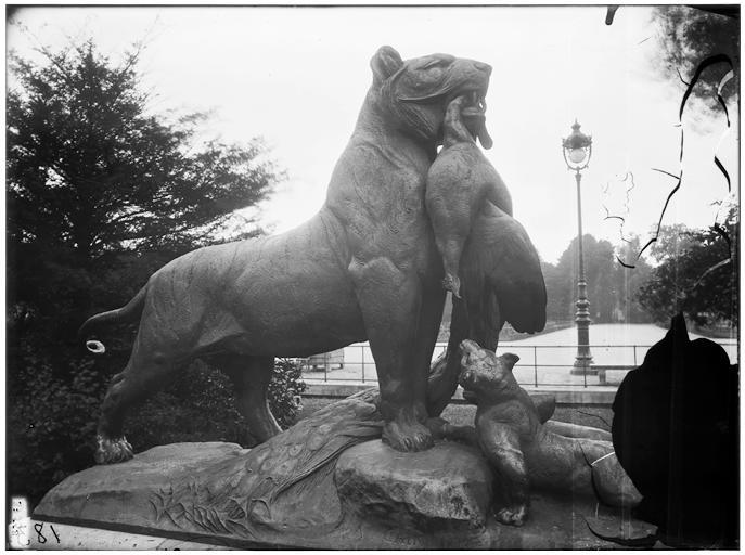 Statue de la Tigresse portant un paon à ses petits, famille de tigre, groupe sculpé