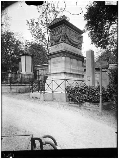 Chemin de Camille Jordan, 39e division : tombeau de l'amiral Decres