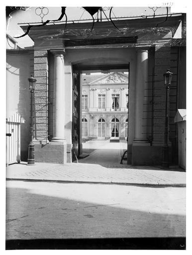 Vue de la cour et du portail